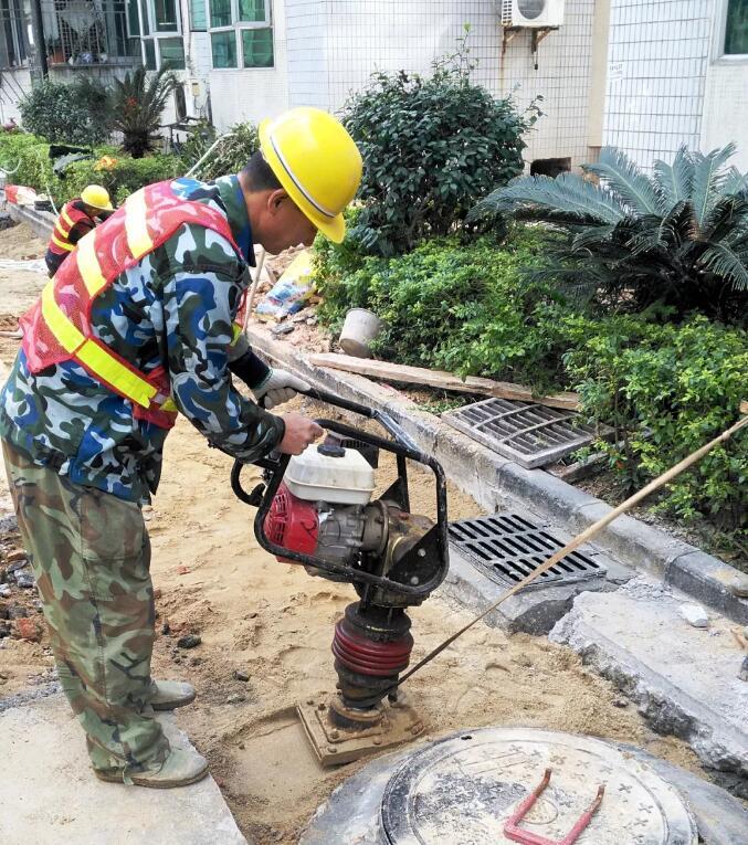 水务工作离不开与井盖水篦子透水砖打交道,用我的24小时,守护你