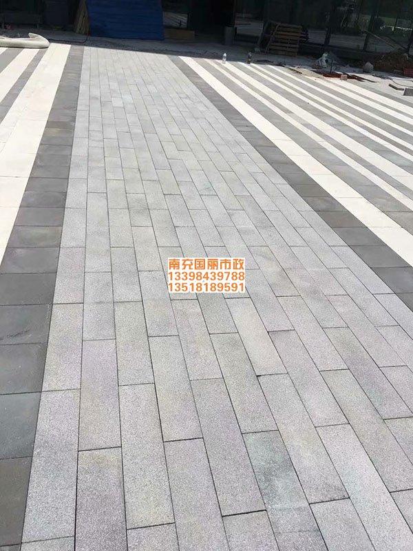 南充仿石材PC砖透水砖铺装现场3